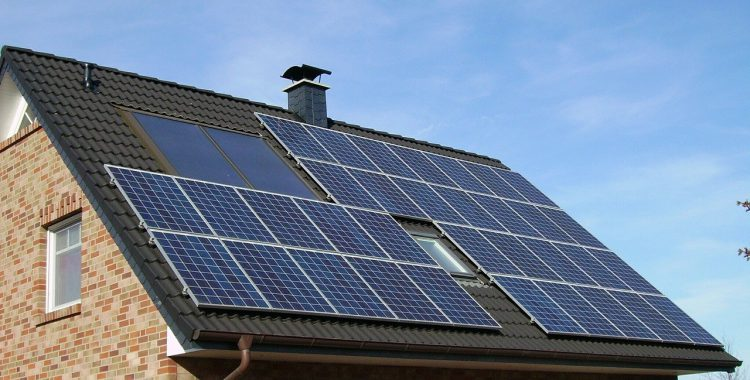 Panneaux solaires sur le toît d'une maison écologique