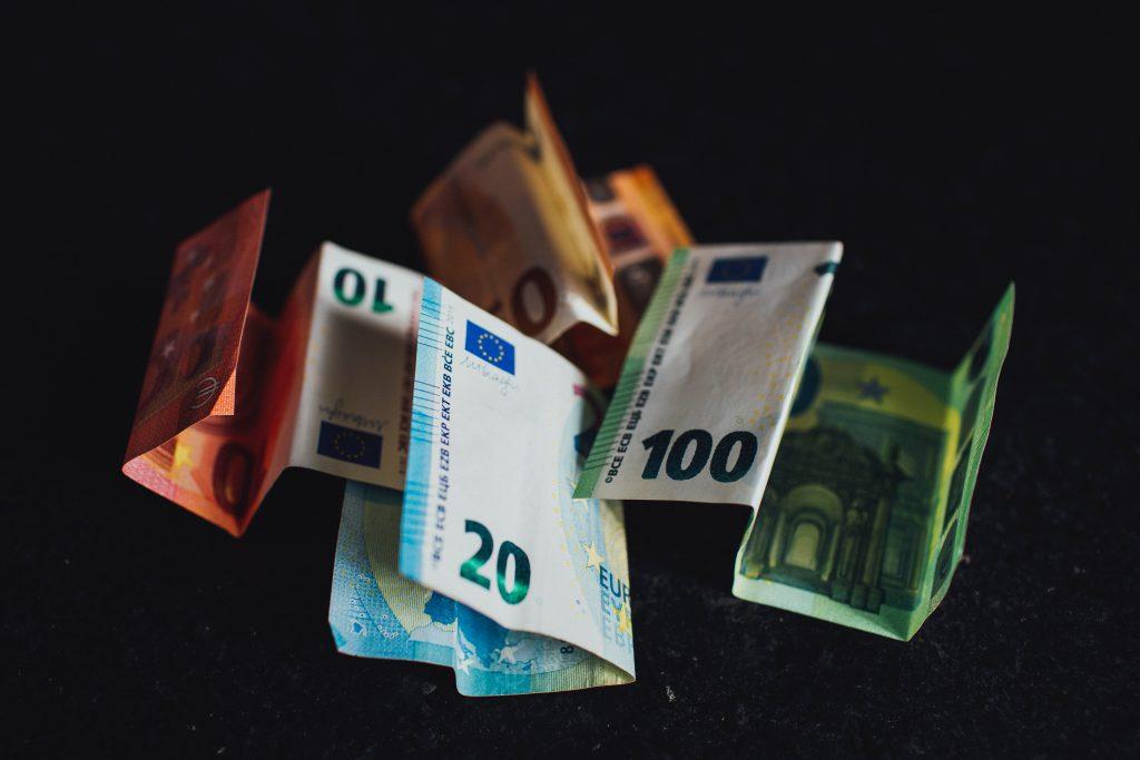 Pile de billets pour le paiement du loyer