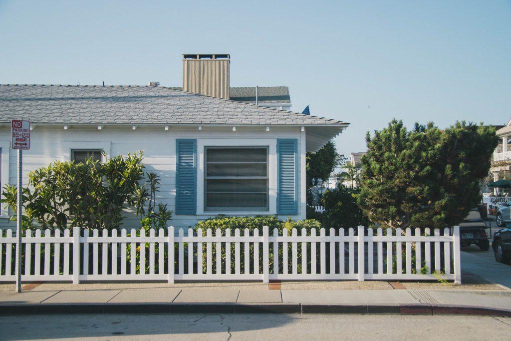 clôture blanche devant une maison