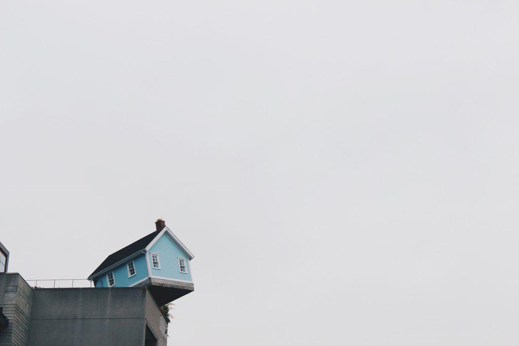 Maison sur le toit d'un immeuble